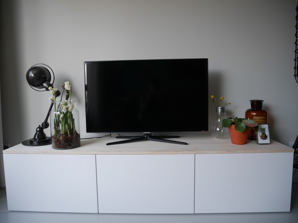 diy ikea besta tv meubel met houten plank. Black Bedroom Furniture Sets. Home Design Ideas