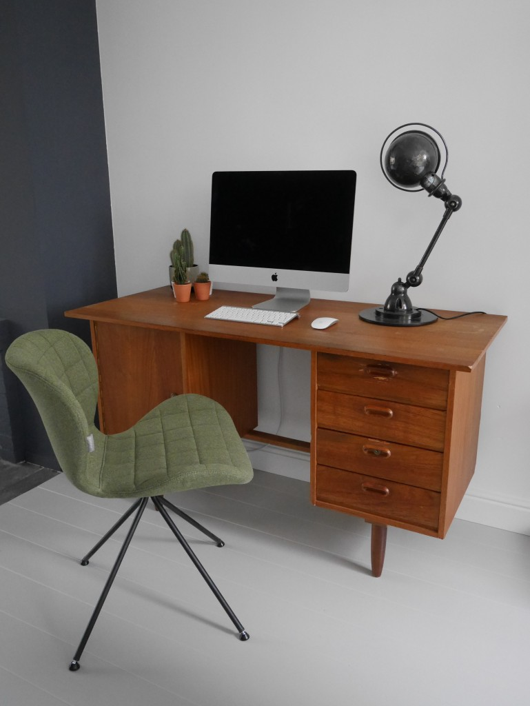 Houten vloer gelakt met lichtgrijze verf en vintage bureau