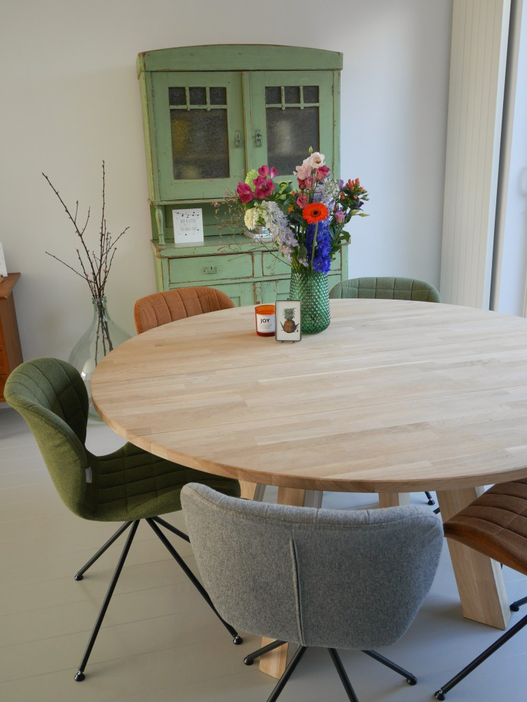 Houten vloer lichtgrijs gelakt met vintage buffetkast- Be Blooming