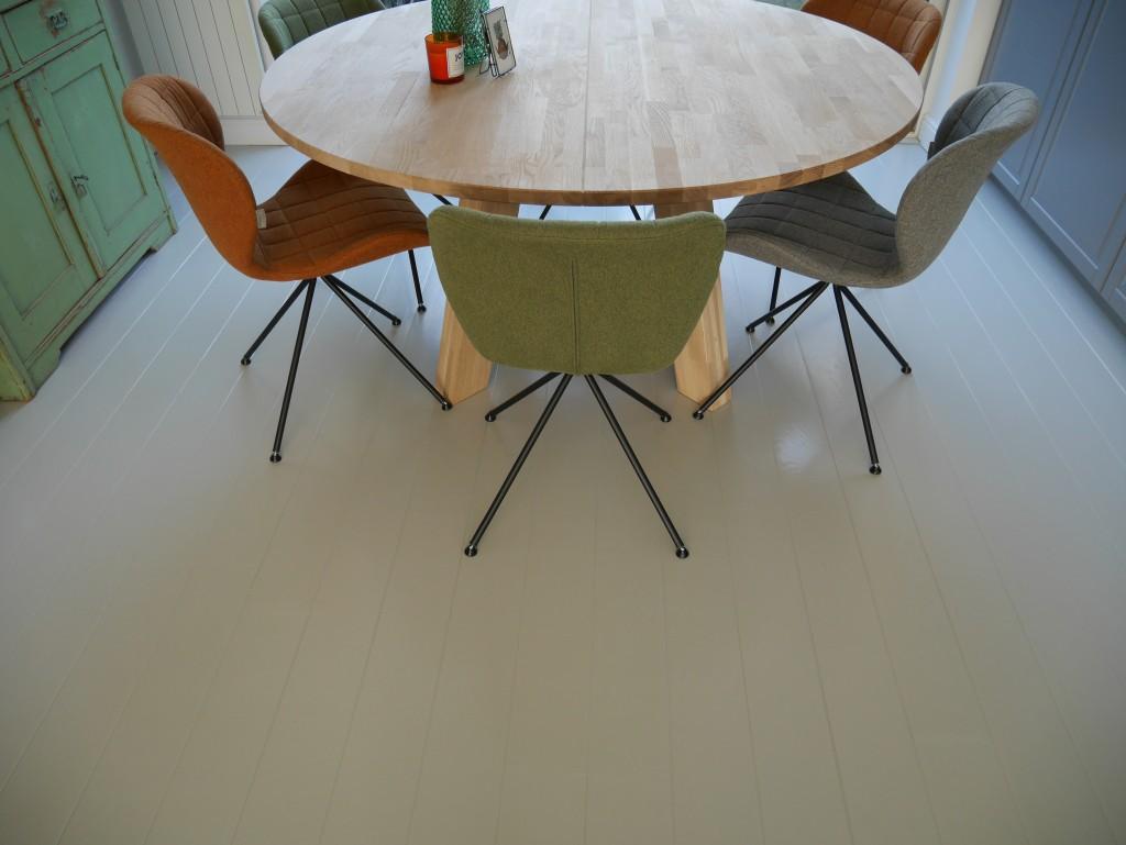 Houten vloer lichtgrijs gelakt met gekleurde OMG zuiver stoelen - Be Blooming