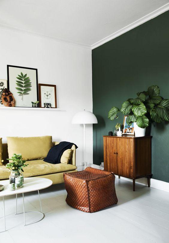 Witte houten vloer in combinatie met groene muur